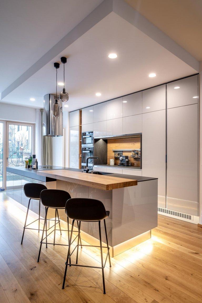 Kuchyň v lesklém laku Grey s velkoryse pojatým odkládacím prostorem, policemi a zástěnou z kartáčovaného dubu. Vysoká sestava, která využívá celou výšku…