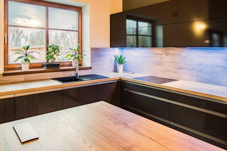 Zajímavá kombinace černé se světlejším dřevem. Černá dodává kuchyni elegantnost a styl, dřevo útulnost a teplo domova. Společně se tyto materiály doplňují a…