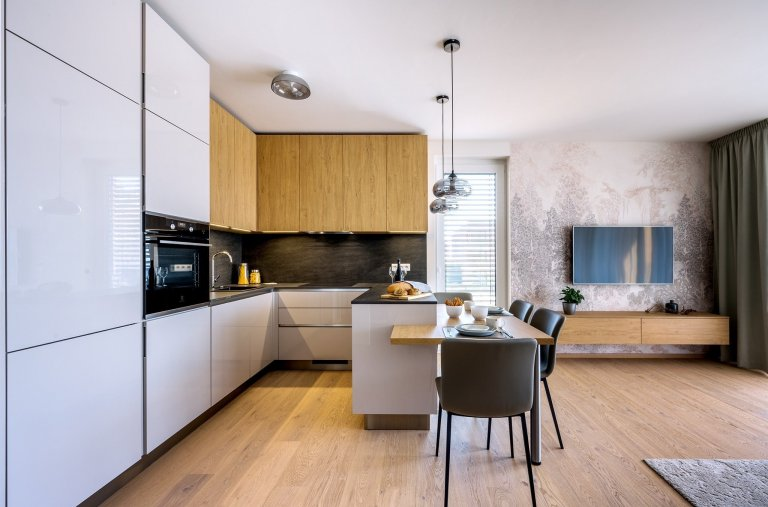 Do tohoto bytu jsme vytvořili nábytek na míru. Celý byt je laděný do přírodních barev, které jsou nadčasové. Odstín Kashmir krásně doplňuje dřevo v přírodních…