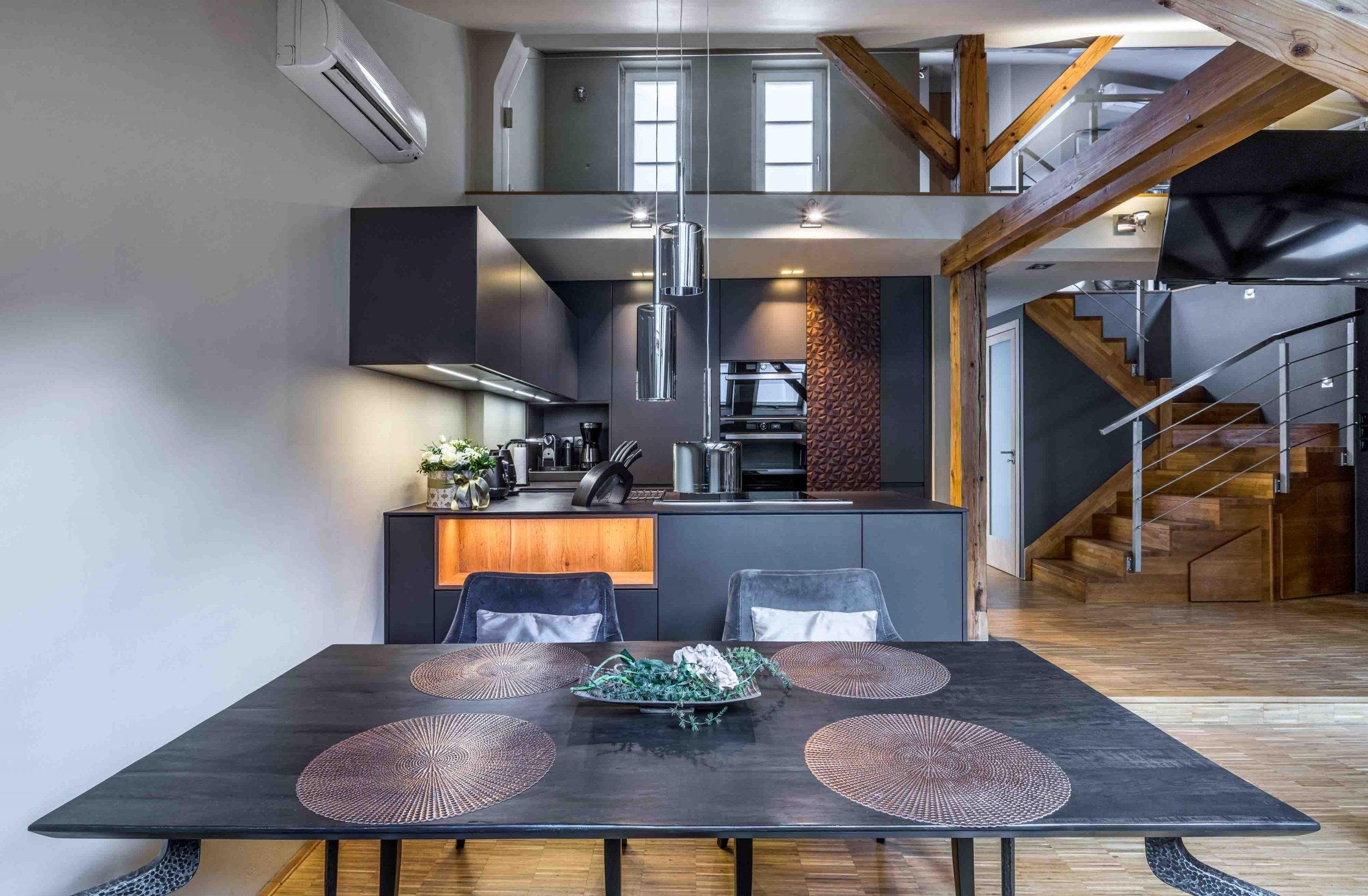 Kuchyně je situovaná do rohové části spodního patra, naproti schodišti, z jedné strany lemovaná svažující se zdí, z druhé dřevěnými trámy. Vyžadovalo to…