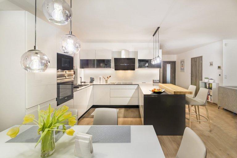 Luxus s nádechem jemných a čistých liniích. Pokud nedáte dopustit na moderní styl, v této kuchyni se snoubí vše, co od moderního interiéruočekáváte…