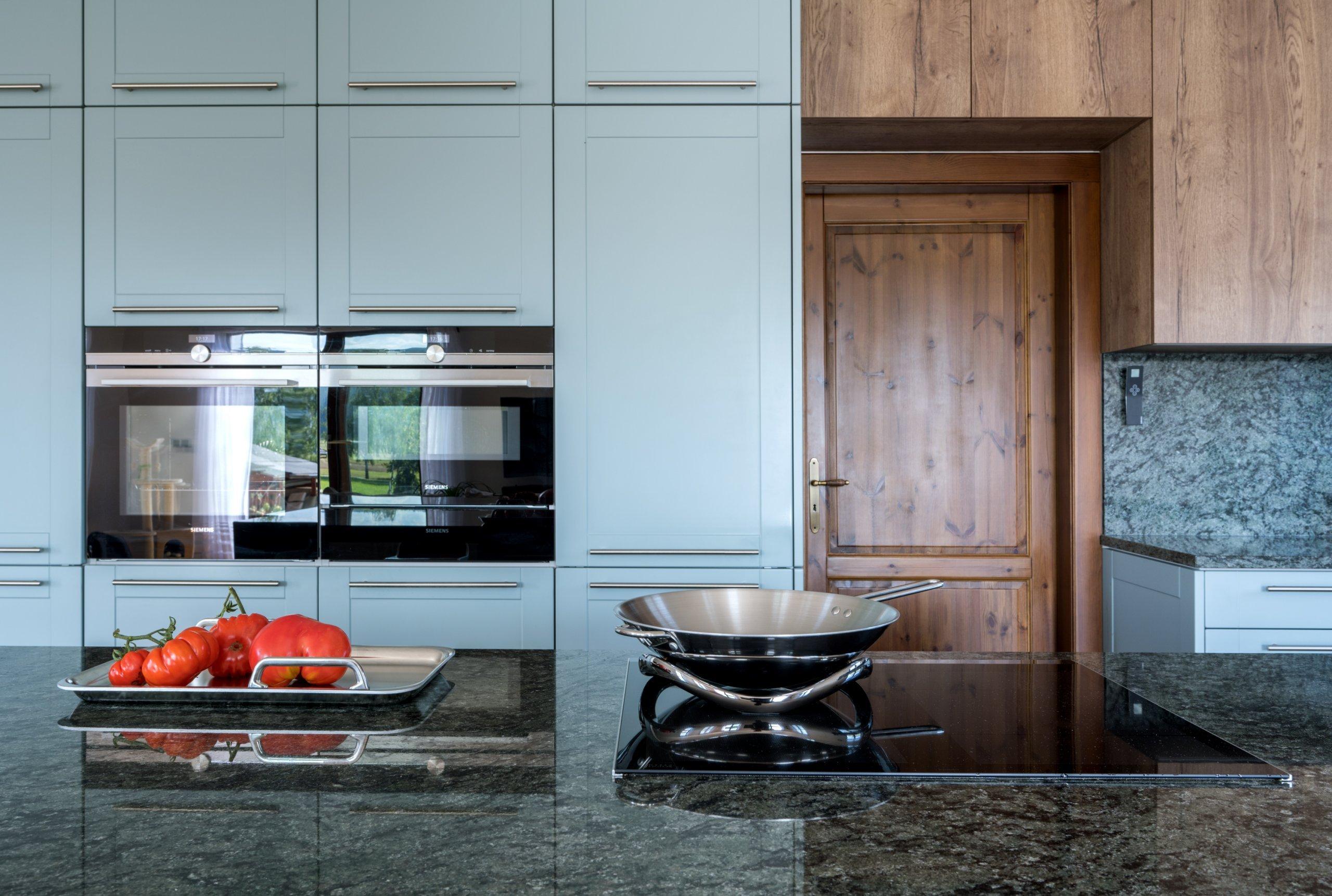 Luxusní žulová pracovní deska Green Olive je odolná proti vysokým teplotám i poškrábání. Velmi snadno se udržuje.