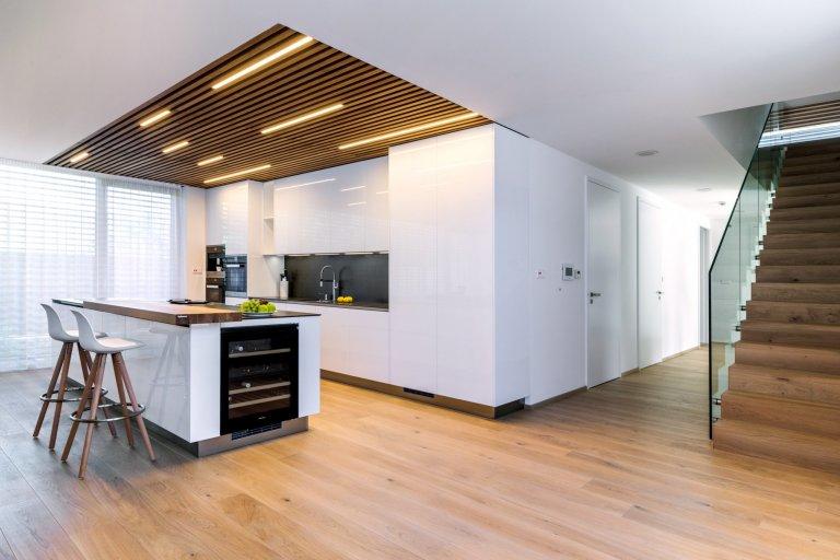 Mladí manželé svůj vysněný dům stavěli několik let, ale výsledek stojí za to. Kuchyně v provedení Exclusive vysoký bílý lesk, s pracovní deskou z Decton…