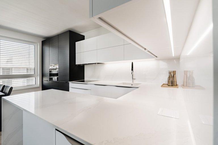 Úložný prostor ve skříňkách nabízí mnohem více prostoru. Důmyslné řešení nejen opticky zvětší prostor. Nad horními skříňkami je integrovaný světelný LED pás, který je nejen praktický ve večerních hodinách, ale i zvyšuje eleganci kuchyně a dává jí nádech luxusu.