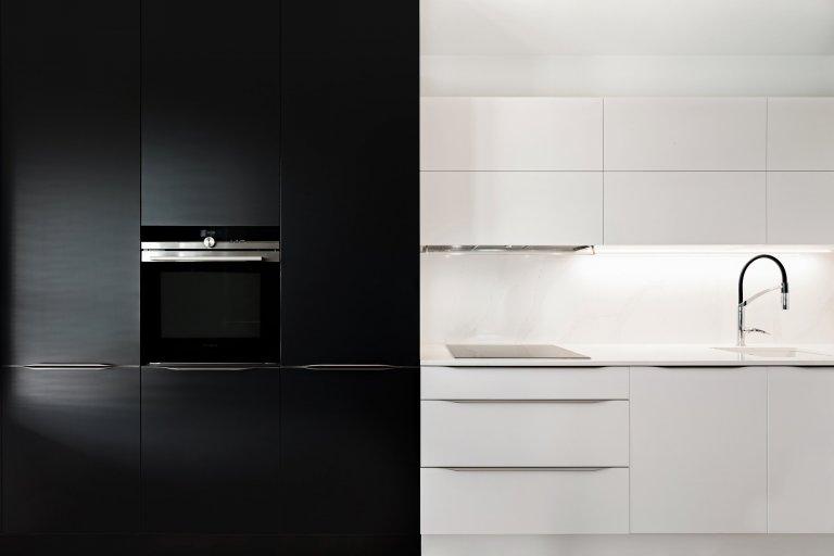 Řeknete si, že tady se toho moc nevejde. Ale návrháři si poradí s každým prostorem. Velký úložný prostor dopřáli i majitelce téhle kuchyně. Omezené prostorové…