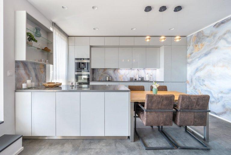 Kuchyně se skleněnou zástěnou Onyx