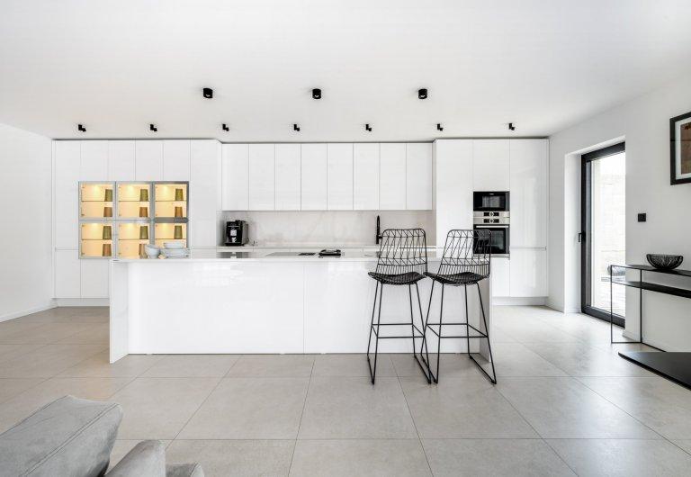 Bílá kuchyně v moderním designu