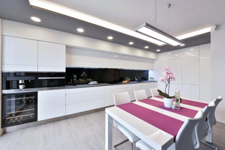 Bílá kuchyně Pure s jídelnou