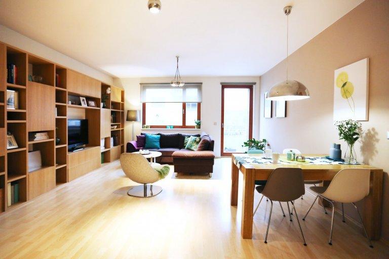 Obývací pokoj s jídelnou a pracovním koutem