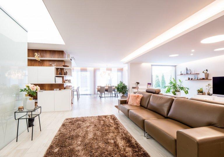 Hlavní roli vtomto rodinném domě hraje velkoryse navržený obývací pokoj, který vjednom prostoru spojuje televizní kout sprostornou sedací…