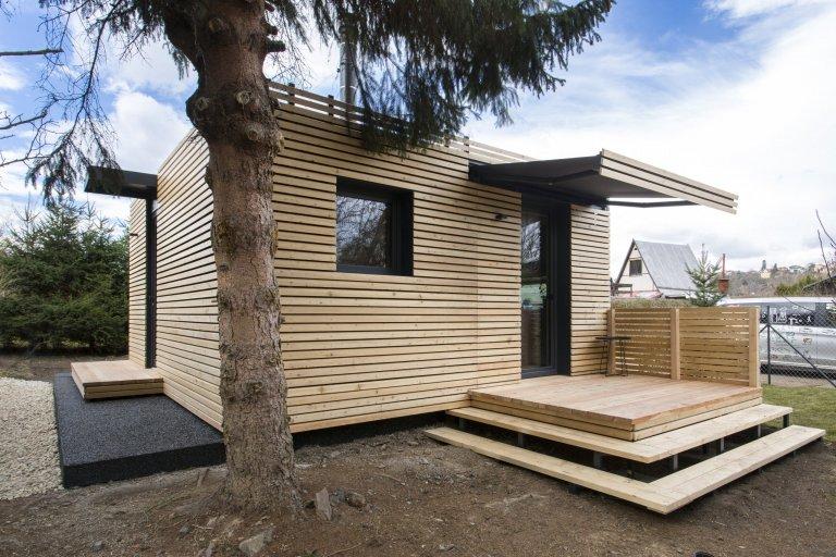 Domov ve skandinávském stylu si zasloužil moderní exteriér, který ale zároveň ladí s přirozeným vzhledem. Na přístupový chodník, terasu i sokl tak byl…