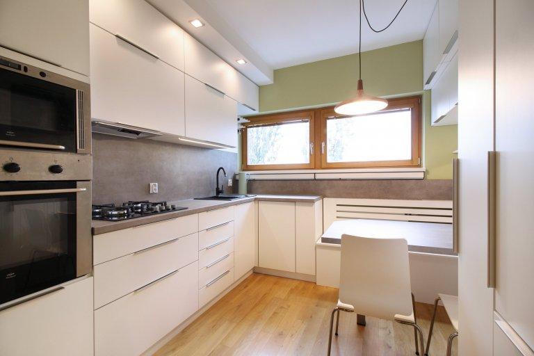 Velmi malý prostor a velký požadavek na úložný i pracovní prostor. Díky lavici před radiátorem se nám povedlo vtěsnat do kuchyně i pohodlné sezení pro 4 lidi.…