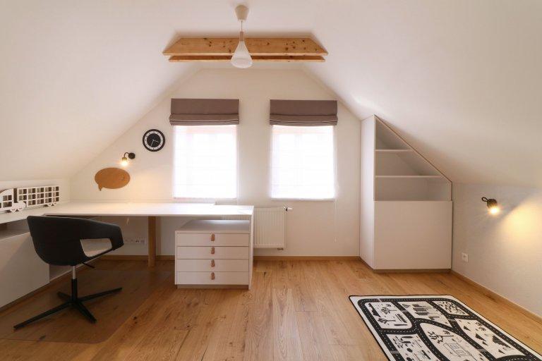 Design a realizace interiéru domu, kde vás vítá slunce. Lépe řečeno žluté dveře :) Interiér byl šitý na míru klientce s důrazem na použití kvalitních materiálů…