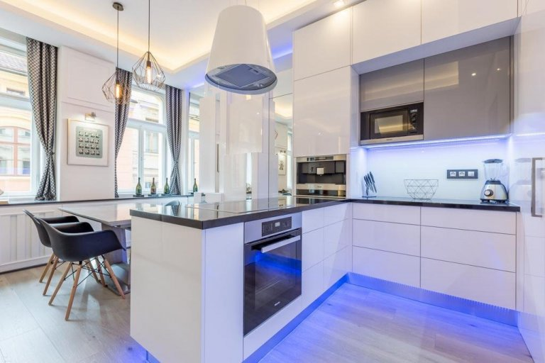 Na první pohled jednoduchá moderní kuchyně, která v sobě skrývá luxusní vybavení a prvotřídní materiály! Masivní pracovní deska je vyrobena z pravé žuly a její…
