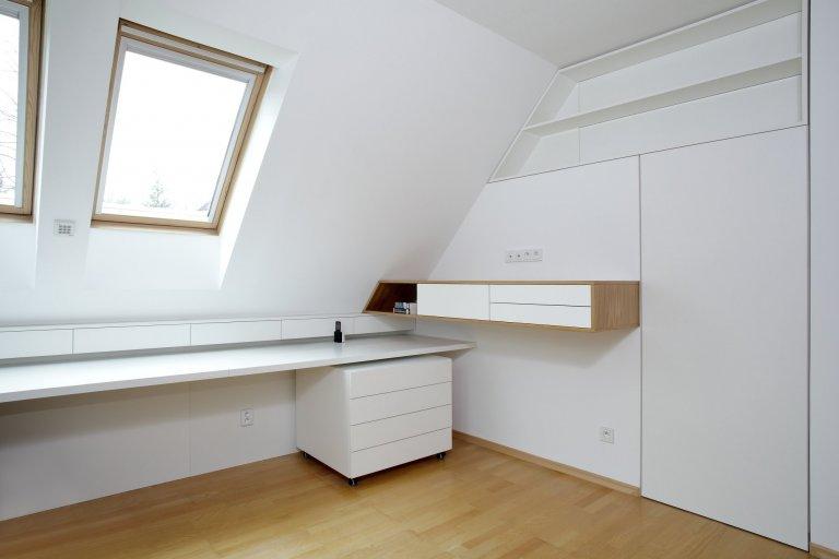 V této podkrovní ložnici bylo třeba vše přizpůsobit tvaru skosených stěn, aby se mohl celý prostor co nejefektivněji využít. Šikmé tvary se tak staly hlavním…
