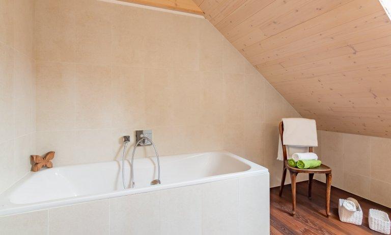 Luxusní minimalistická kuchyň plná čistých linií a volného prostoru! Kombinace zářivě bílých skříněk a krásně zpracovaného smrkového dřeva láká na…