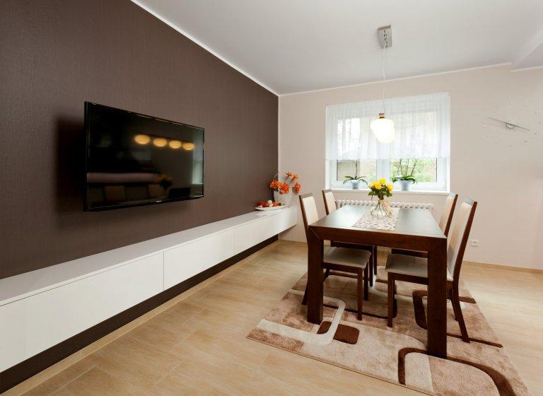 Elegantní kuchyň krásně zasazená do interiéru! Dominuje jí masivní deska z umělého kamene Staron, která barevně ladí s čelní stěnou jídelního prostoru i…