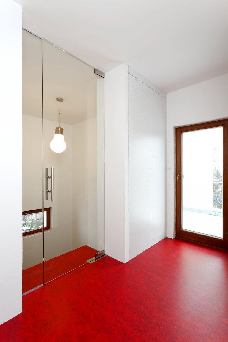 Kuchyň jednoduchých tvarů a dramatických kontrastů. Bílé plochy, které tvoří robustní základ celé kuchyně, lemuje strukturovaný tmavý povrch, zatímco podlaha a…