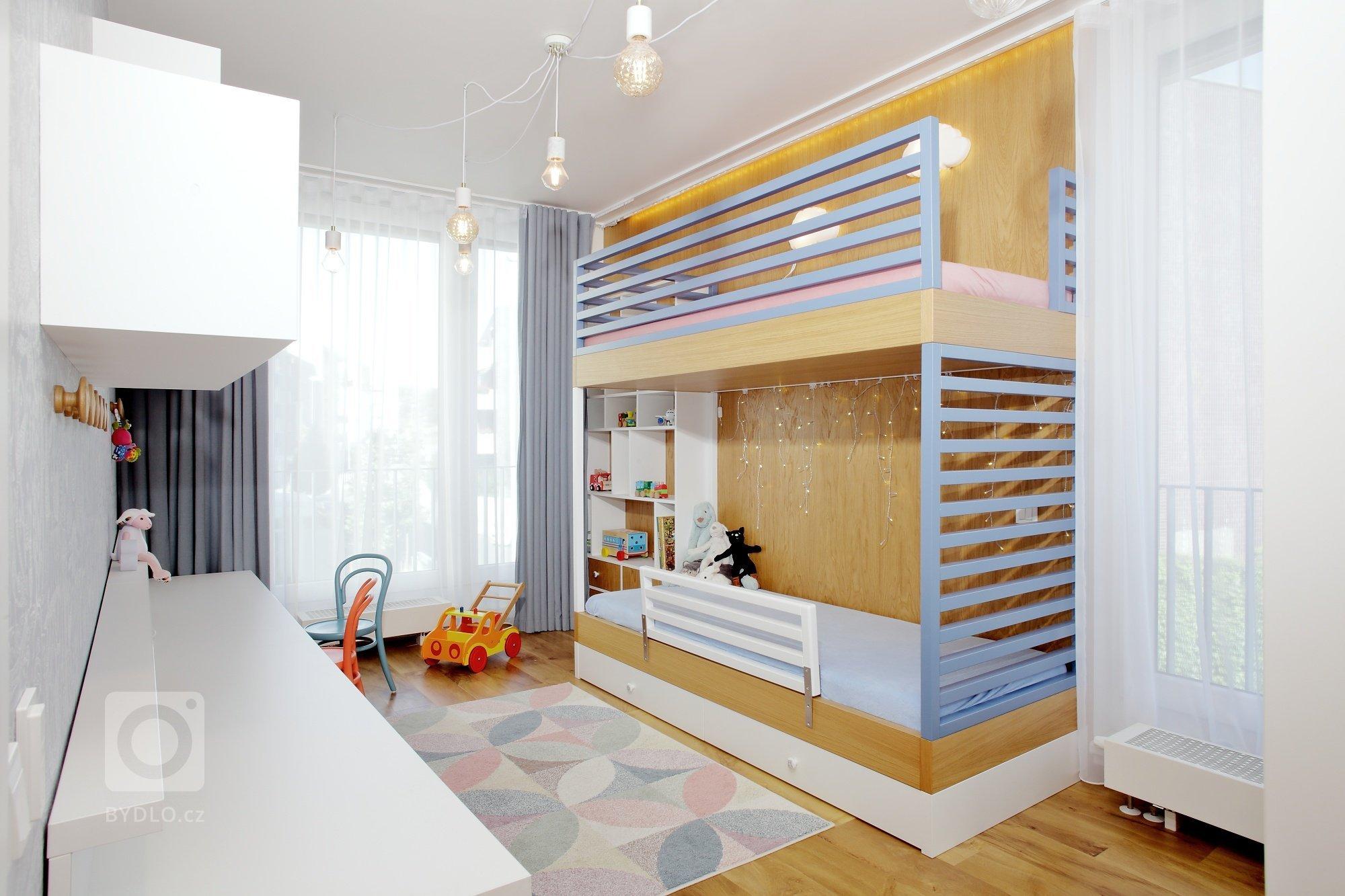 Parádní ložnice se zábavnou sadou asymetrických šuplíků! V této úzké místnosti jedné straně vládne poschoďová postel s pastelovými žebřinami a druhé pak…
