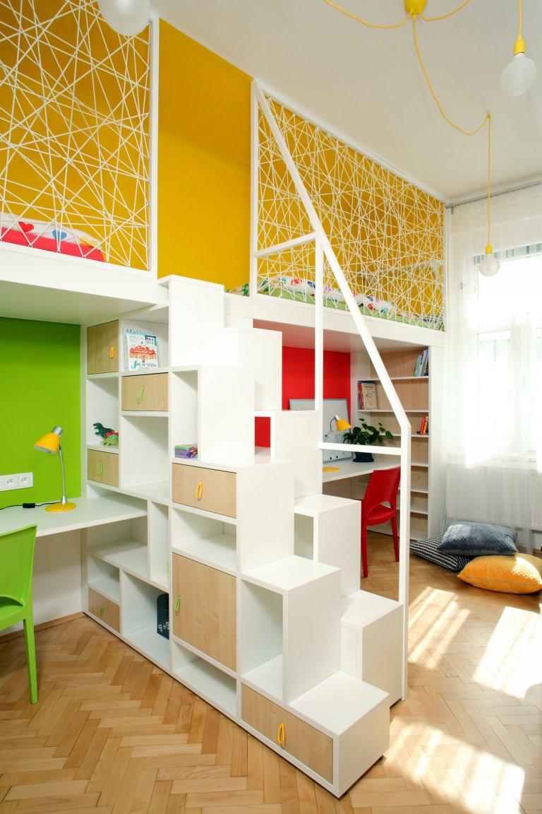 Tak tady máme pokojík pro opravdové dobrodruhy! Aby se do menšího prostoru komfortně vešly dvě postýlky i dostatečný pracovní prostor, vyrobili jsme na spaní…