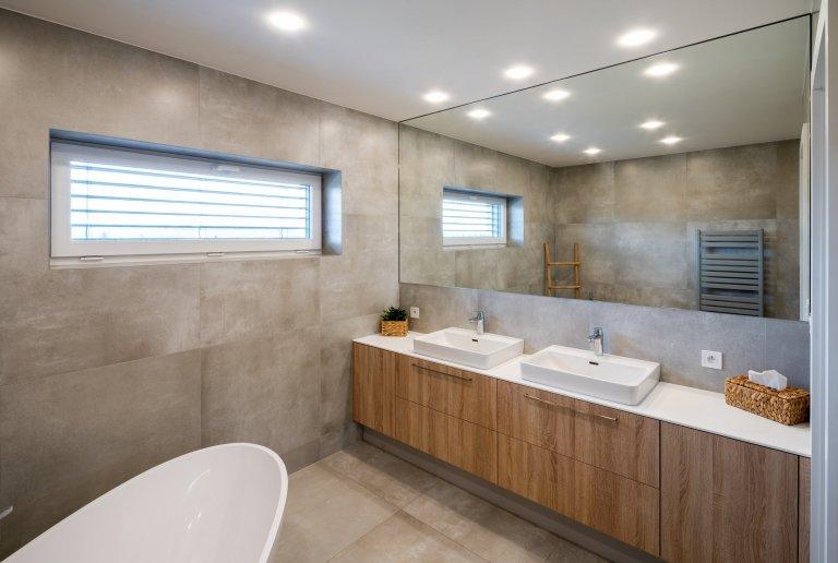 Sázka na jednoduchost a eleganci.V tomto stylovém moderním bytě jasně převládá kontrast černé a bílé barvy, decentně doplněn o prvky v tónech přírodního…