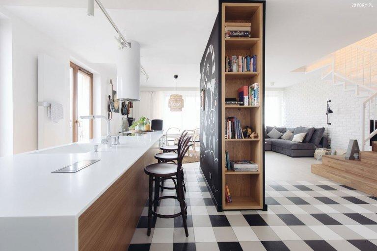 Byt s účelovým nábytkem a hravými detaily
