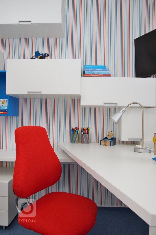 pokoj s využitím tří barev - bílé, modré a oranžové