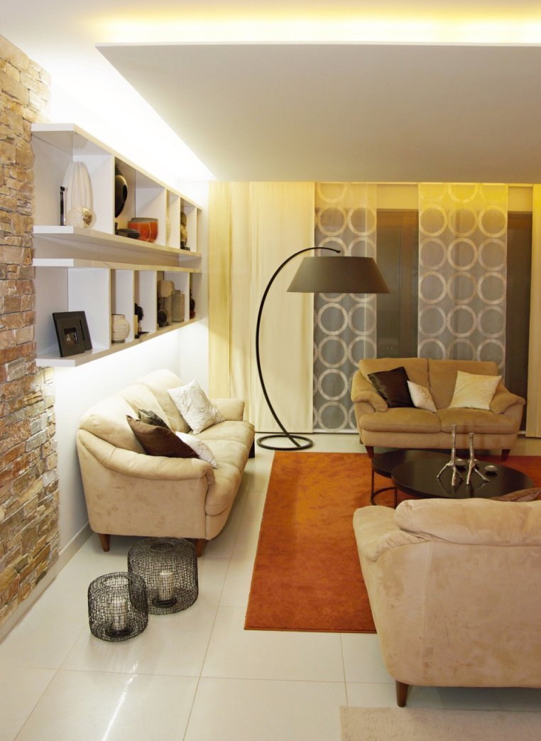 Tento obývací pokoj prošel redesignem, tedy část zařízení zůstala původní a část byla nově vyrobena namíru. Celkově byl interier barevně a materiálově…