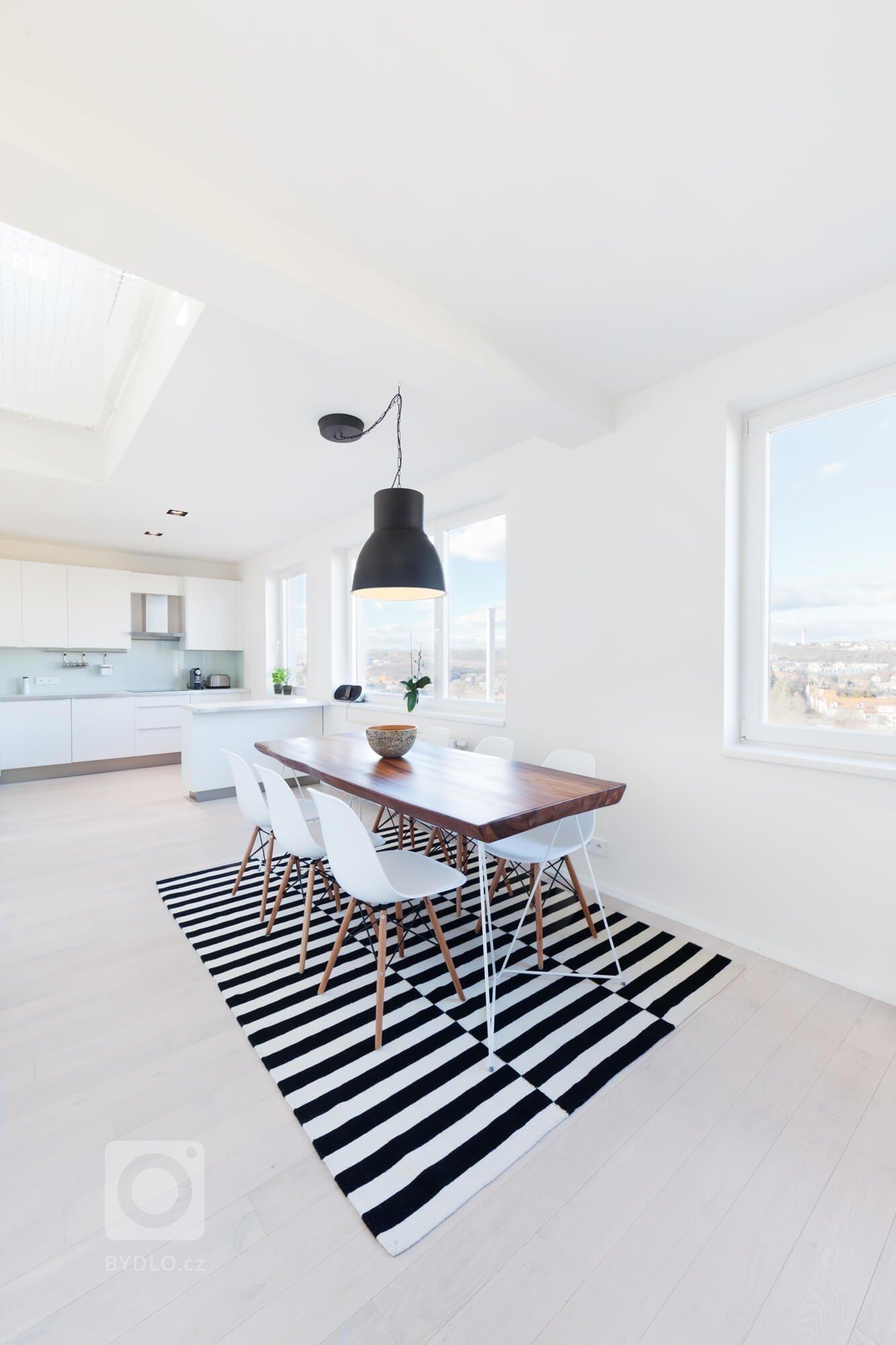 Výrazný stůl a prostorná kuchyň. Vše korunuje krásný výhled.
