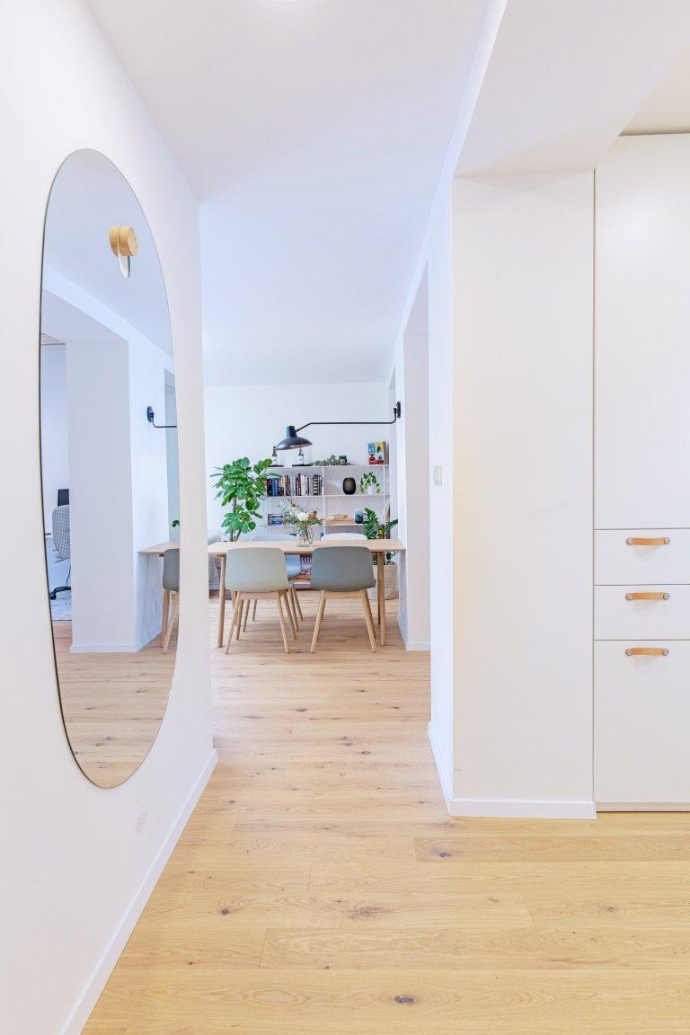 pohled ze vstupní chodby do obývacího pokoje na jídelnu, nástěnné světlo