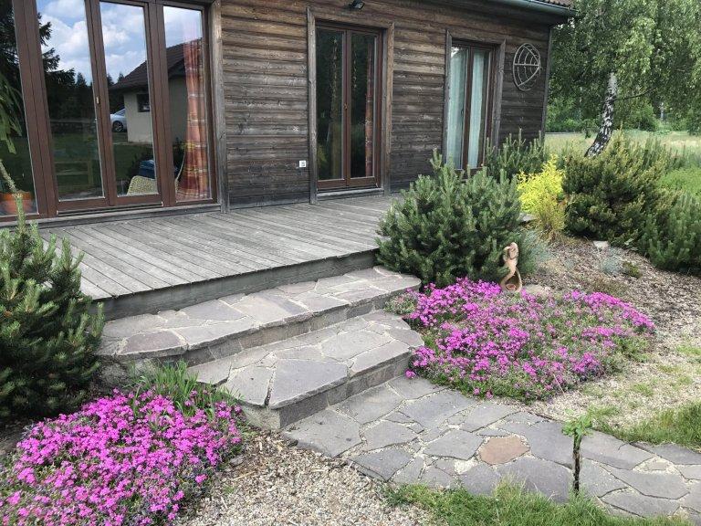 Zahrada u tohoto bungalovuměla volně navázat na okolní krajinu ...záměrně není u tohoto domu plot aby sezahrada propojila s okolím