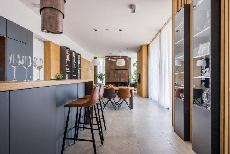 Kuchyňskálinka doplněná ostrůvkem, navazuje na prostorný jídelní stůl.  Obývací pokoj doplněný o krb,zajišťuje příjemnou atmosféru.  …
