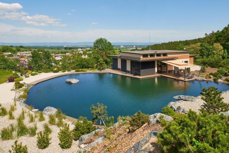 Moderní dům s jezírkem situovaný v nerušené přírodě