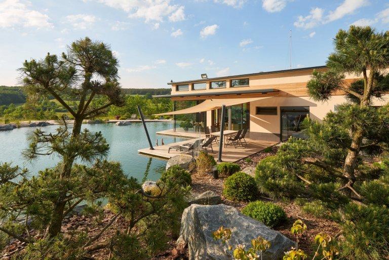 Opravdu výjimečná realizace. To je moderní dům situovaný v nerušené přírodě s dechberoucím výhledem na českou krajinu. Jeho promyšlený exteriér je citlivě…