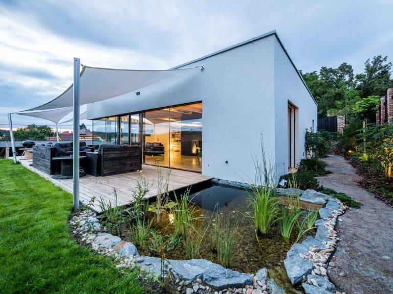 Přízemní stavba s plochou střechou je velmi jednoduchá, tvarem kvádr o půdorysu čtverce.