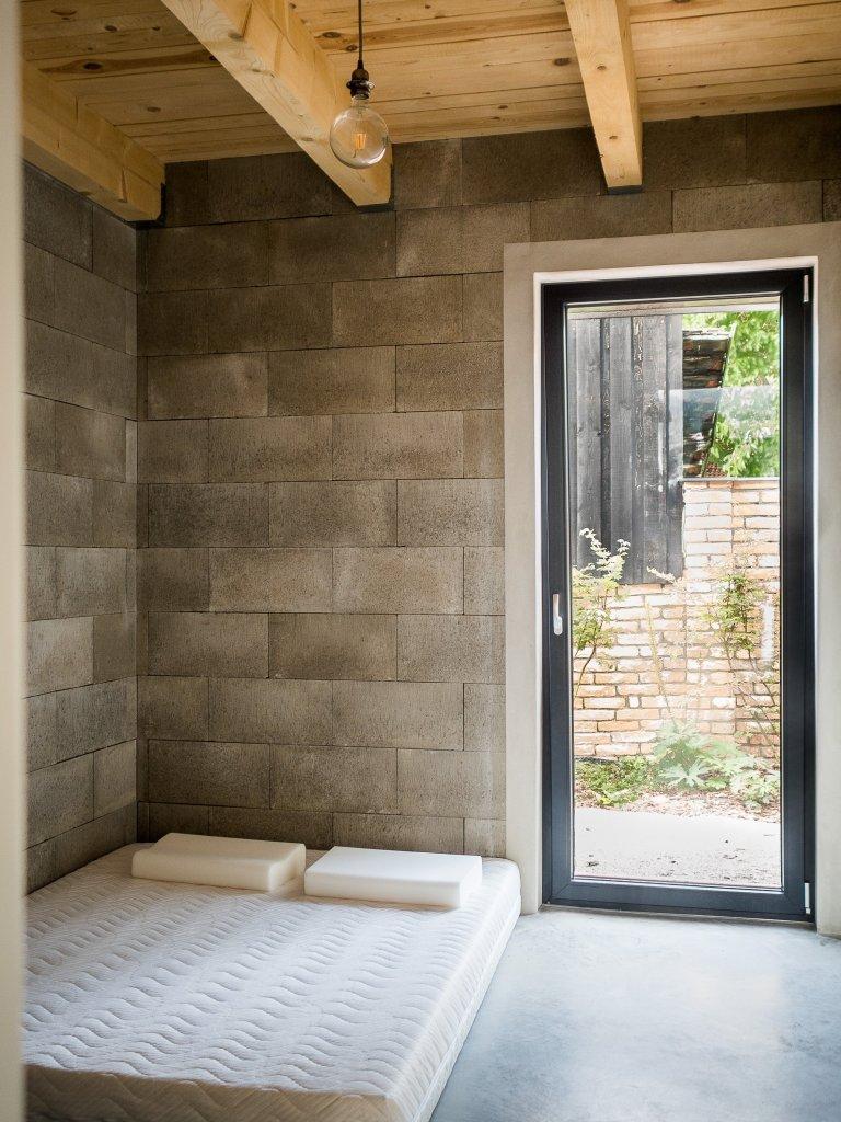 Zdivo domu ZEN HOME je z betonových tvárnic ztraceného bednění, které bylo ponecháno v některých pokojích bez bílého nátěru.